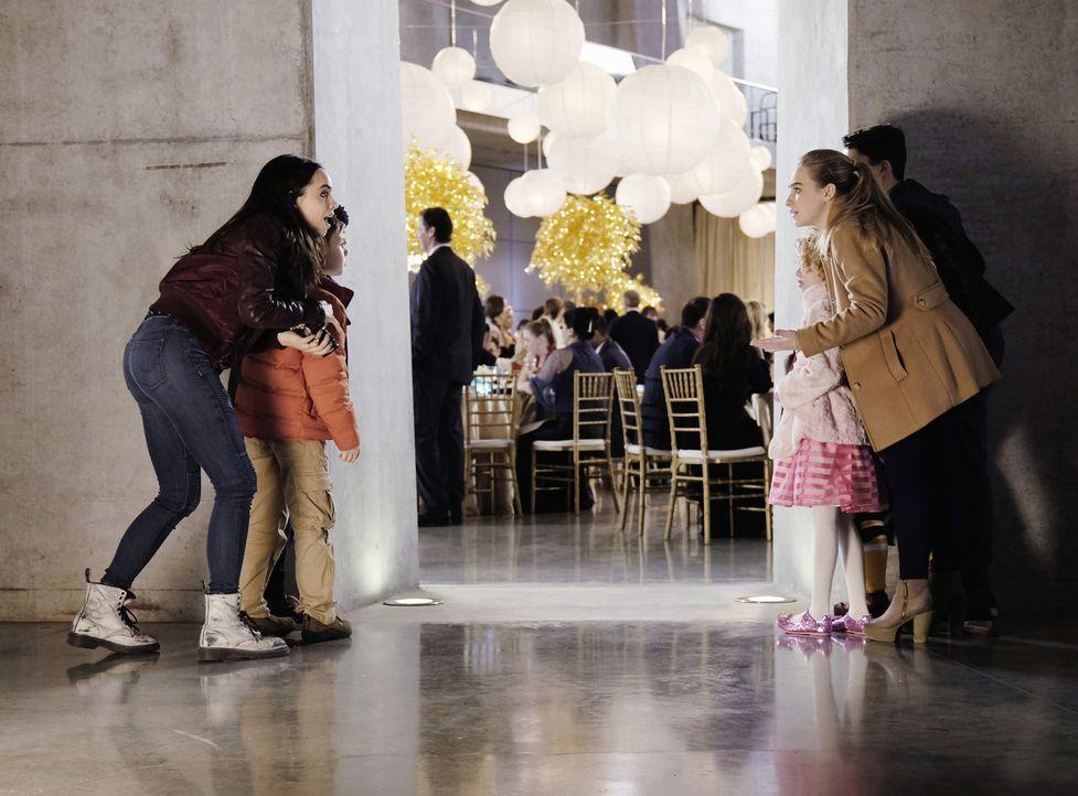 Jenny (Sabrina Carpenter, r.), Lola (Sofia Carson, l.), Bobby (Jet Jurgensmeyer, 2.v.l.) und die kleine Katy (Mallory James Mahoney, 2.v.r.) erleben... - Bildquelle: Ed Araquel 2015 Disney Enterprises, Inc. All Rights Reserved.
