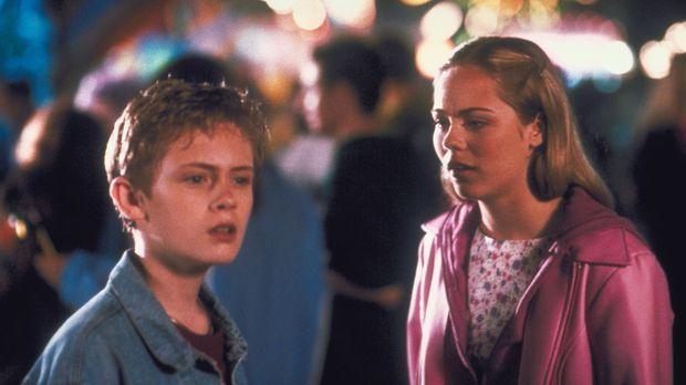 Chelsea (Laura Vandervoort, r.) und ihr Bruder Adam (Matthew O'Leary, l.) müs...