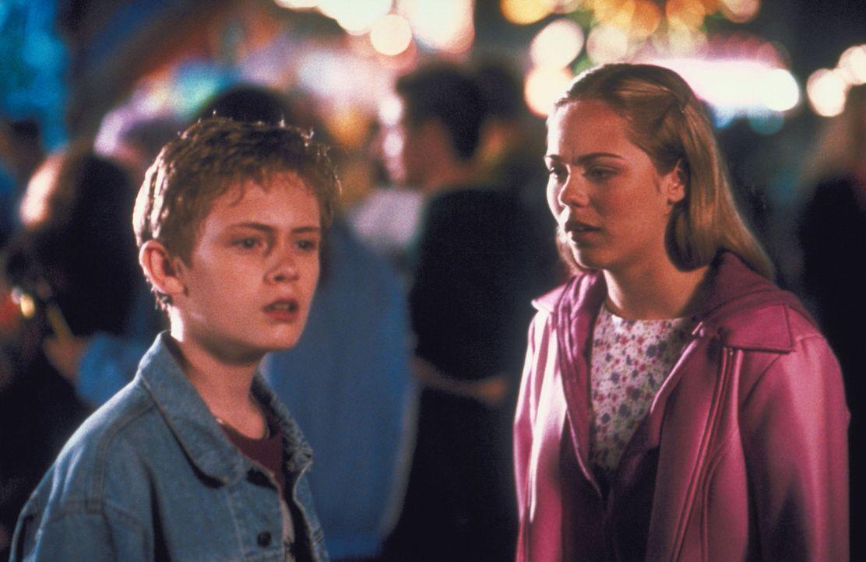 Chelsea (Laura Vandervoort, r.) und ihr Bruder Adam (Matthew O'Leary, l.) müssen feststellen, dass sie ihre Mutter geradewegs in die Arme eines Vam... - Bildquelle: Walt Disney Pictures