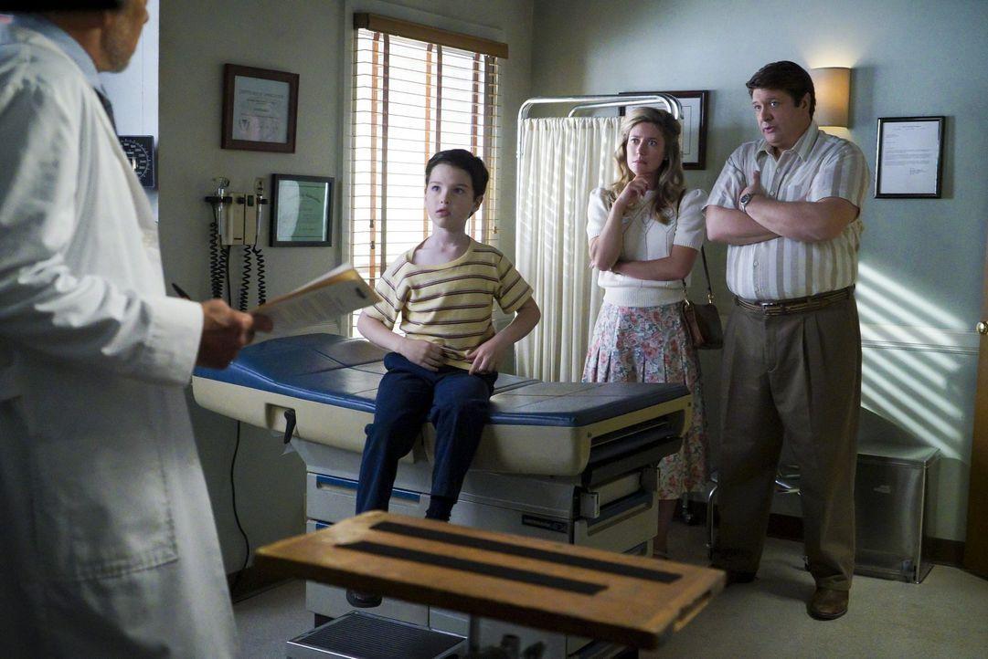 Als Sheldon (Iain Armitage, l.) durch eine Erziehungsmaßnahme nicht weiter an seinem selbst ernannten NASA-Projekt arbeiten kann, wird er krank. Und... - Bildquelle: Warner Bros.