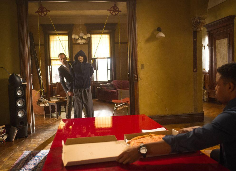 Holmes (Jonny Lee Miller, l.) versucht Bell (Jon Michael Hill. r.) beim Lernen für sein Polizeioffiziersexamen zu helfen. Doch sollte Bell bestehen,... - Bildquelle: Jeff Neira 2015 CBS Broadcasting Inc. All Rights Reserved.