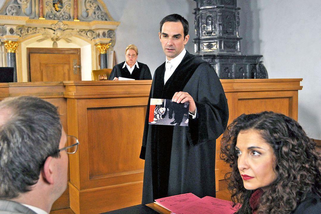 Staatsanwalt Mayerle (Harry Blank, 2.v.r.) beweist Walter Reinhart (Thomas Limpinsel, l.) anhand eines Fotos, dass dieser mit seinem Pudel am Fundor... - Bildquelle: Hans Seidenabel Sat.1
