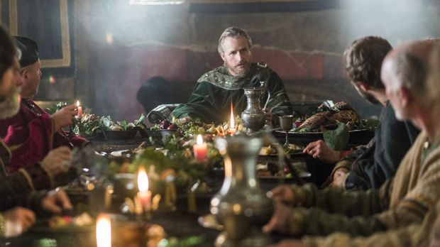 Ragnar trifft sich mit König Ecbert (Linus Roache, M.), um Verhandlungen für...