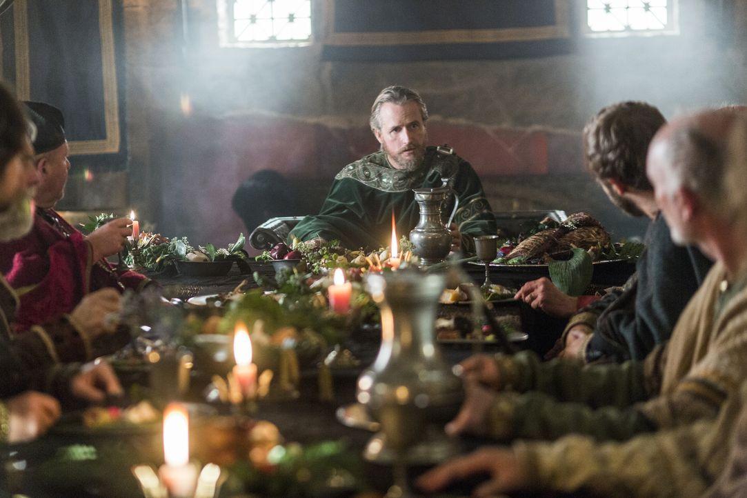 Ragnar trifft sich mit König Ecbert (Linus Roache, M.), um Verhandlungen für einen Frieden zu führen, während Jarl Borg Kattegat in seiner eisernen... - Bildquelle: 2014 TM TELEVISION PRODUCTIONS LIMITED/T5 VIKINGS PRODUCTIONS INC. ALL RIGHTS RESERVED.