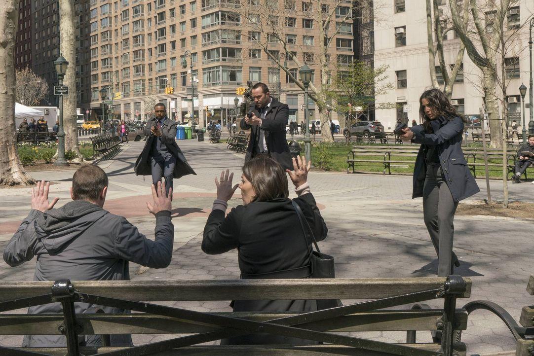 Während (hinten v.l.n.r.) Reade (Rob Brown), Weller (Sullivan Stapleton) und Zapata (Audrey Esparza) den Entführer des Babys stellen können, legt be... - Bildquelle: Warner Brothers