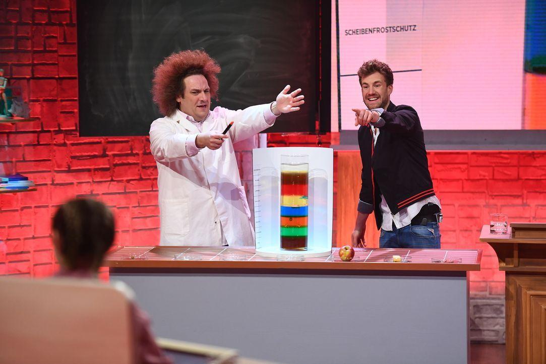 Im Dienste der Wissenschaft: Konrad Stöckel (l.) und Luke Mockridge (r.) testen spannende Experimente. - Bildquelle: Willi Weber SAT.1/Willi Weber