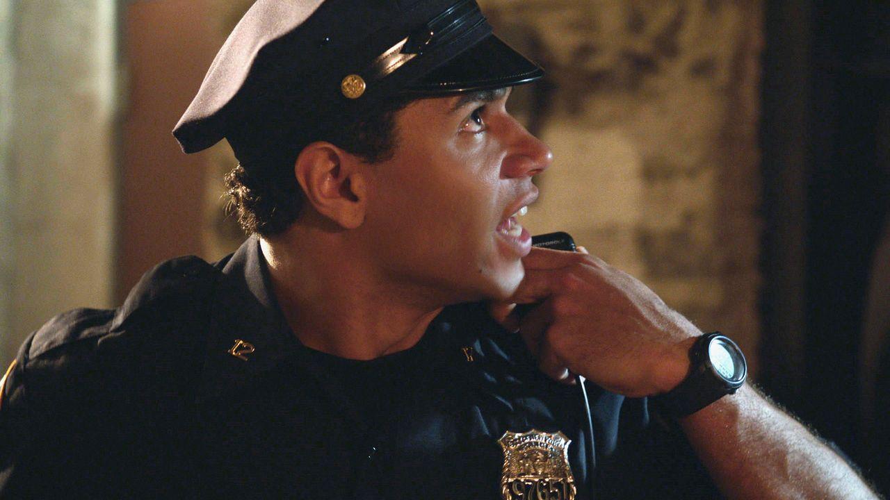 Kann Officer Blake (Corbin Bleu) damit umgehen, im Affekt einen Unschuldigen erschossen zu haben, oder rastet er aus? - Bildquelle: 2012 CBS Broadcasting Inc. All Rights Reserved.