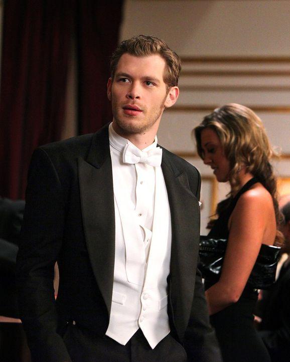 Auf dem Ball der Familie Michaelson macht sich Klaus (Joseph Morgan) an Caroline heran, die den Avancen nicht abgeneigt gegenüber steht ...