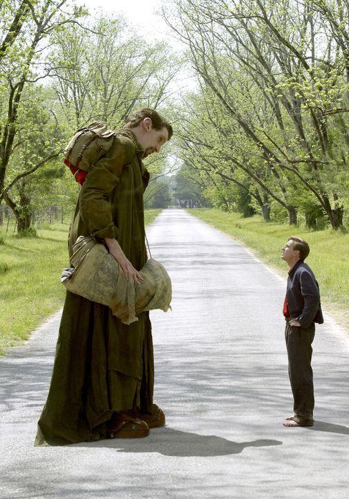 Edward (Ewan McGregor, r.) und der Riese Karl (Matthew McGrory, l.) begeben sich auf eine bizarre Reise in die weite, weite Welt. Gemeinsam erleben... - Bildquelle: 2004 Sony Pictures Television International. All Rights reserved.