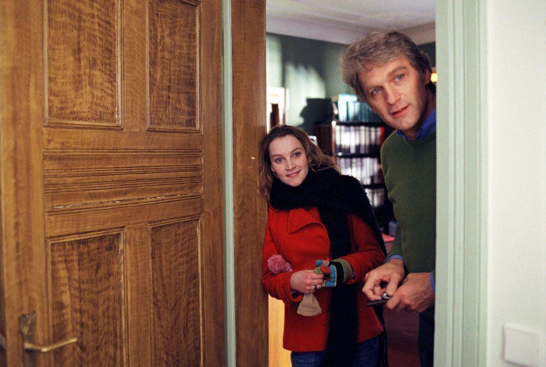 Kuck' mal, wer da kommt: Lara (Jana Klinge, l.) präsentiert ihrem Vater Gerhard (Walter Sittler, r.) seinen zukünftigen Schwiegersohn. - Bildquelle: Fabian Rösler Sat.1