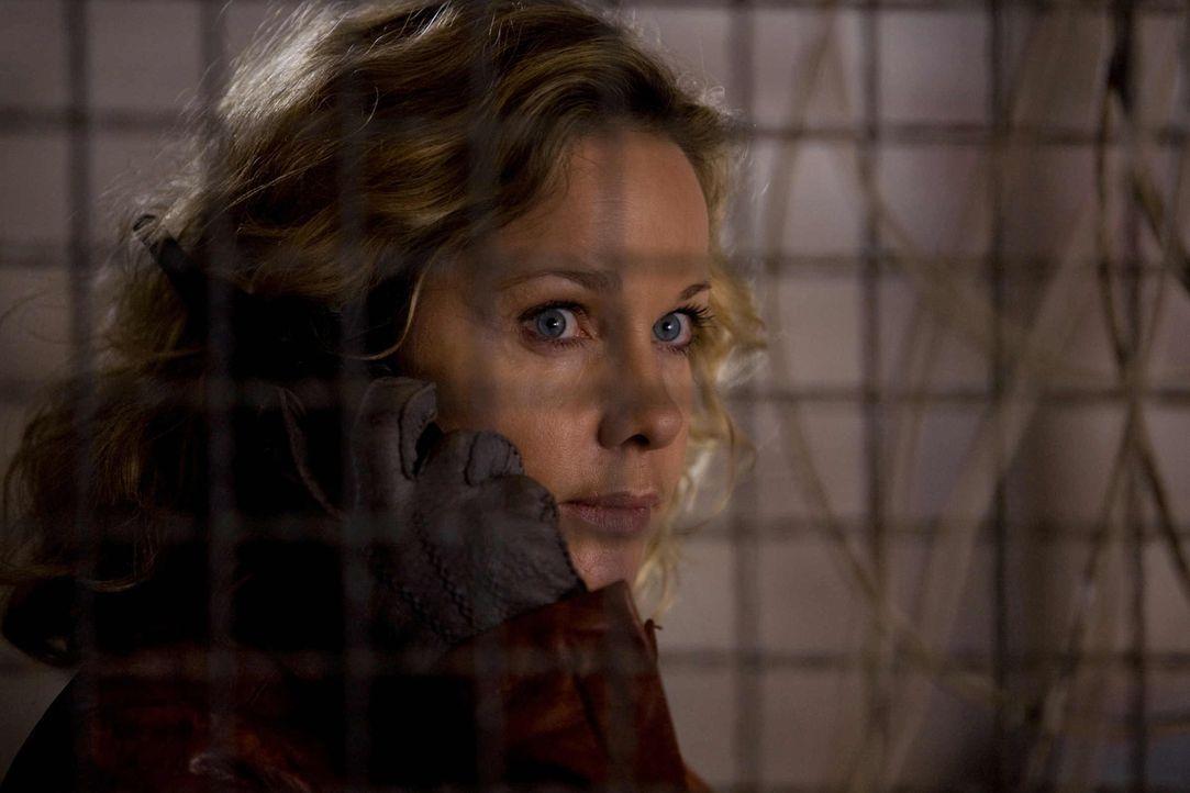 Alleine fährt Anja (Ann-Kathrin Kramer) zu dem Umspannwerk, um den Fehler zu beheben. Doch dort trifft sie auf Volanski. Steckt er hinter dem Stroma... - Bildquelle: Conny Klein SAT.1