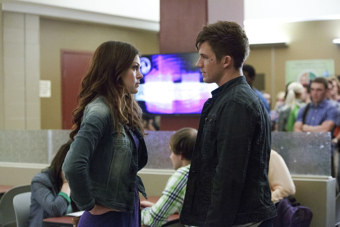 Teri versucht, die Beziehung von Emery (Aimée Teegarden, l.) und Roman (Matt Lanter, r.) zu sabotieren. Mit Erfolg? - Bildquelle: 2014 The CW Network, LLC. All rights reserved.