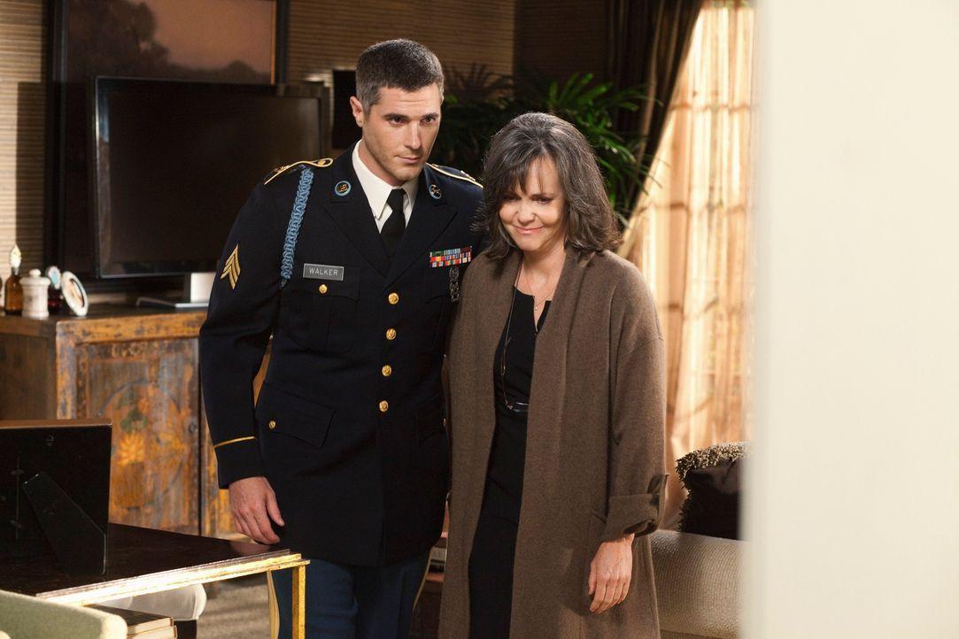 Nora (Sally Field, r.) ist überglücklich, dass ihr Sohn Justin (Dave Annable, l.) gesund aus dem Afghanistan-Einsatz zurückgekehrt ist. - Bildquelle: 2010 American Broadcasting Companies, Inc. All rights reserved.