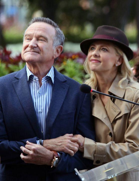 Die Lage in der Agentur eskaliert, als Simon (Robin Williams, l.) Sydney (Sarah Michelle Gellar, r.) dazu ermutigt, bei einer Werbekampagne für eine... - Bildquelle: 2013 Twentieth Century Fox Film Corporation. All rights reserved.