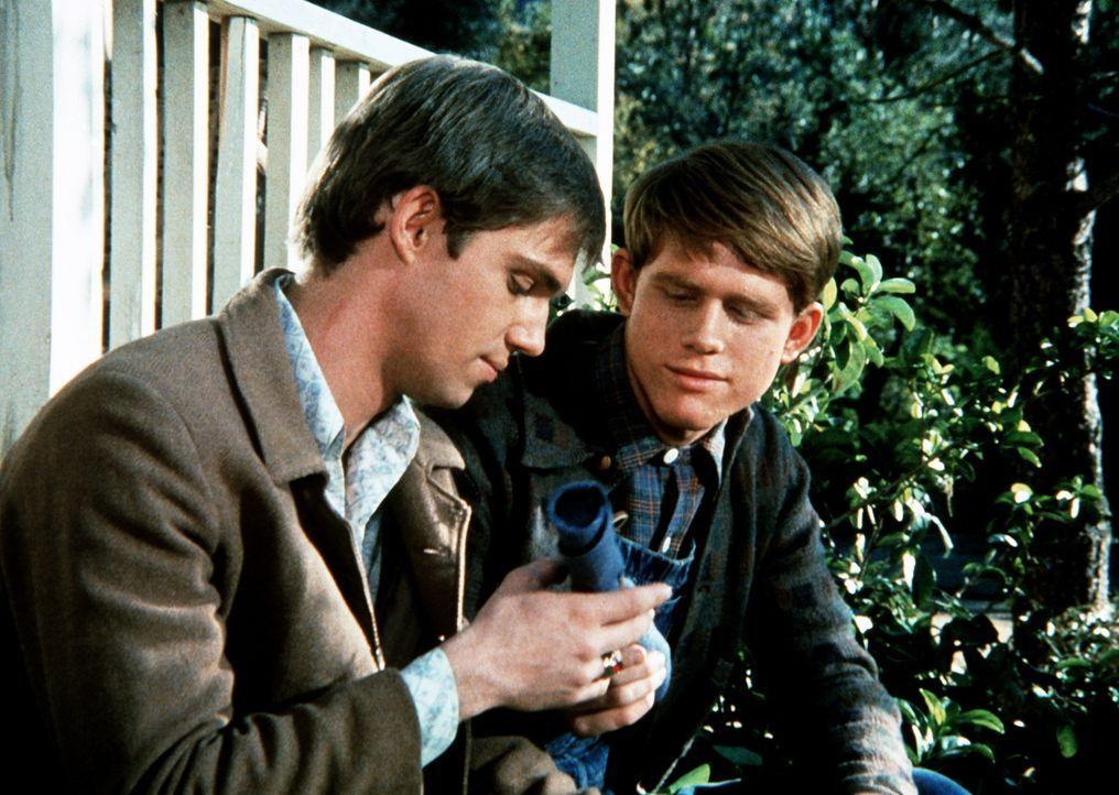 John-Boy (Richard Thomas, l.) überreicht seinem Bruder Jason (Jon Wamsley, r.) das letzte Geschenk ihres todkranken Freundes Seth. - Bildquelle: WARNER BROS. INTERNATIONAL TELEVISION