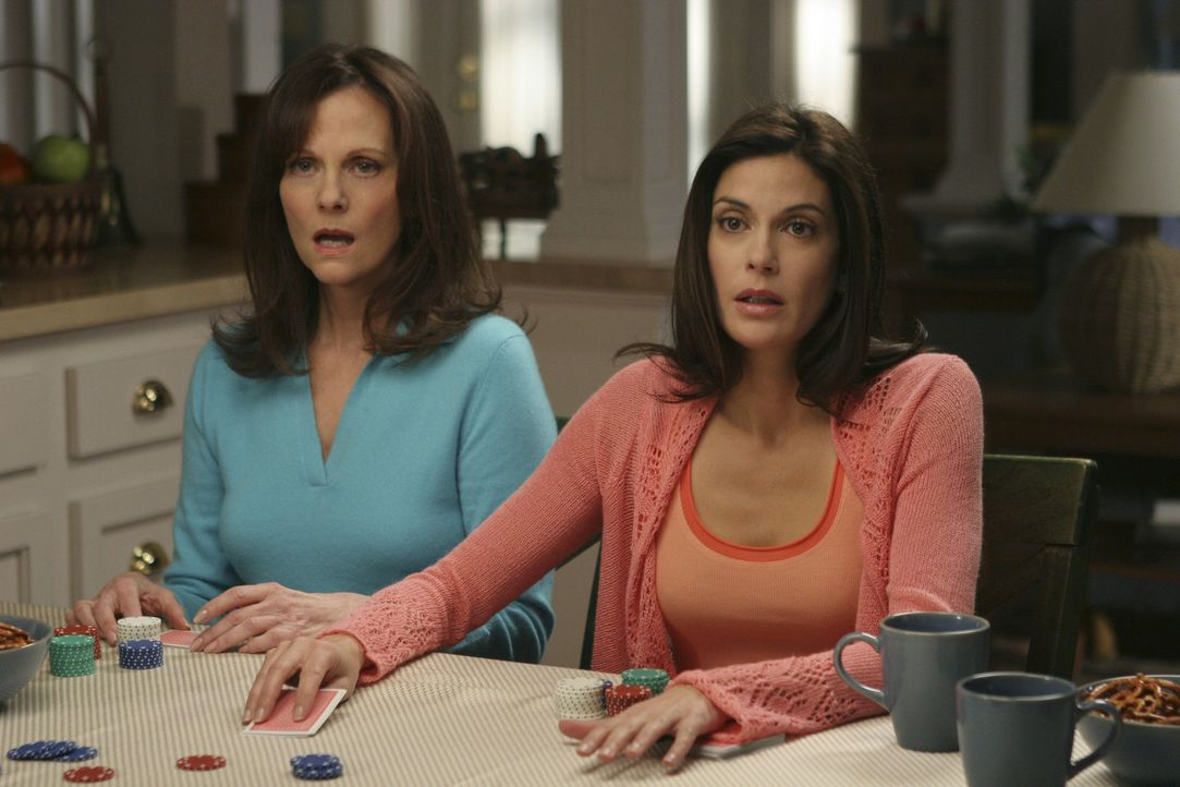 Susan's (Teri Hatcher, r.) Mutter (Lesley-Ann Warren, l.) versucht wieder Schwung ins Liebesleben der Tochter zu bringen, was dieser natürlich so ga... - Bildquelle: Touchstone Television