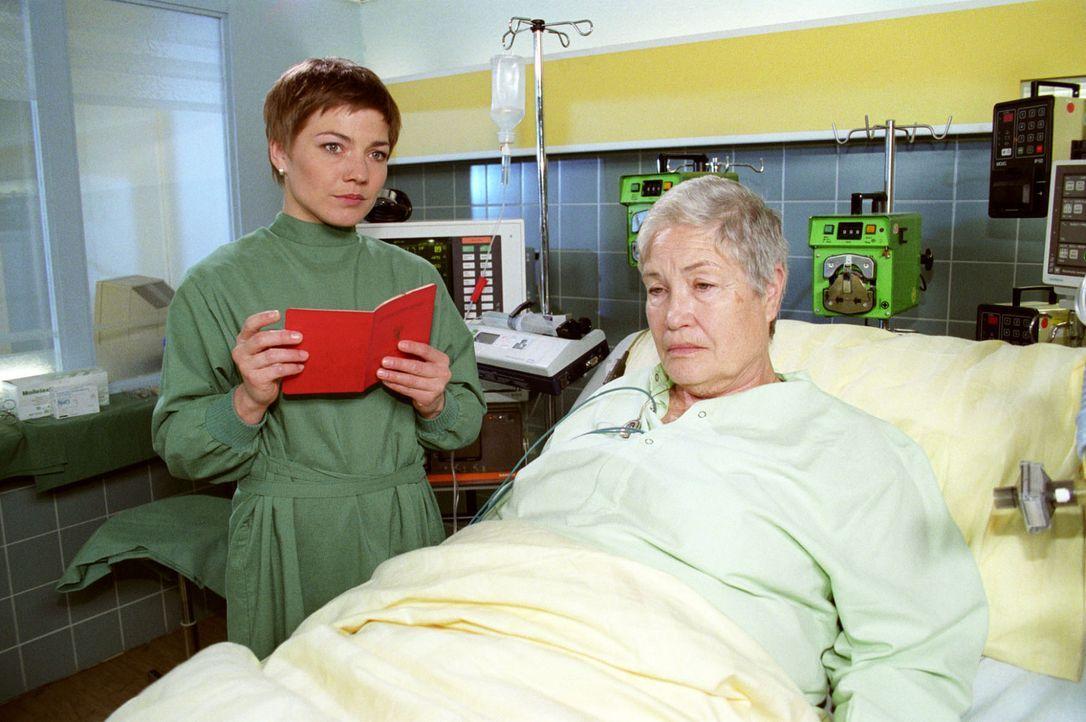 Alma Dehler (Ellen Schwiers, r.) möchte wieder den Kontakt mit ihrer Enkelin aufnehmen. Schwester Stephanie (Claudia Schmutzler, l.) erfährt, dass d... - Bildquelle: Noreen Flynn Sat.1
