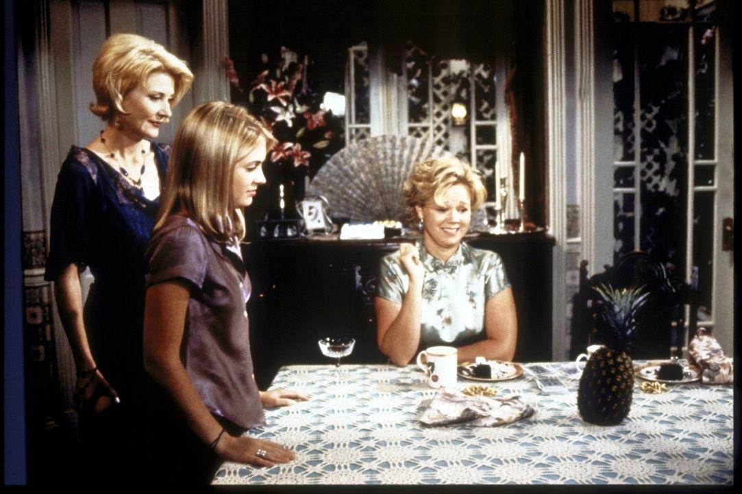 Sabrina (Melissa Joan Hart, M.) gelingt es nach einer ersten Einführung durch ihre Tanten Hilda (Caroline Rhea, r.) und Zelda (Beth Broderick, l.),... - Bildquelle: Paramount Pictures