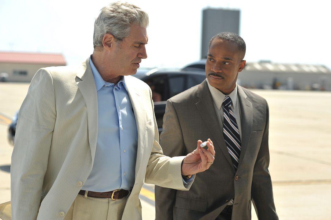 Ein schier unlösbarer Fall bereitet ihnen Kopfzerbrechen: Mossad Director Eli David (Michael Nouri, l.) und Leon Vance (Rocky Carroll, r.) ... - Bildquelle: CBS Television
