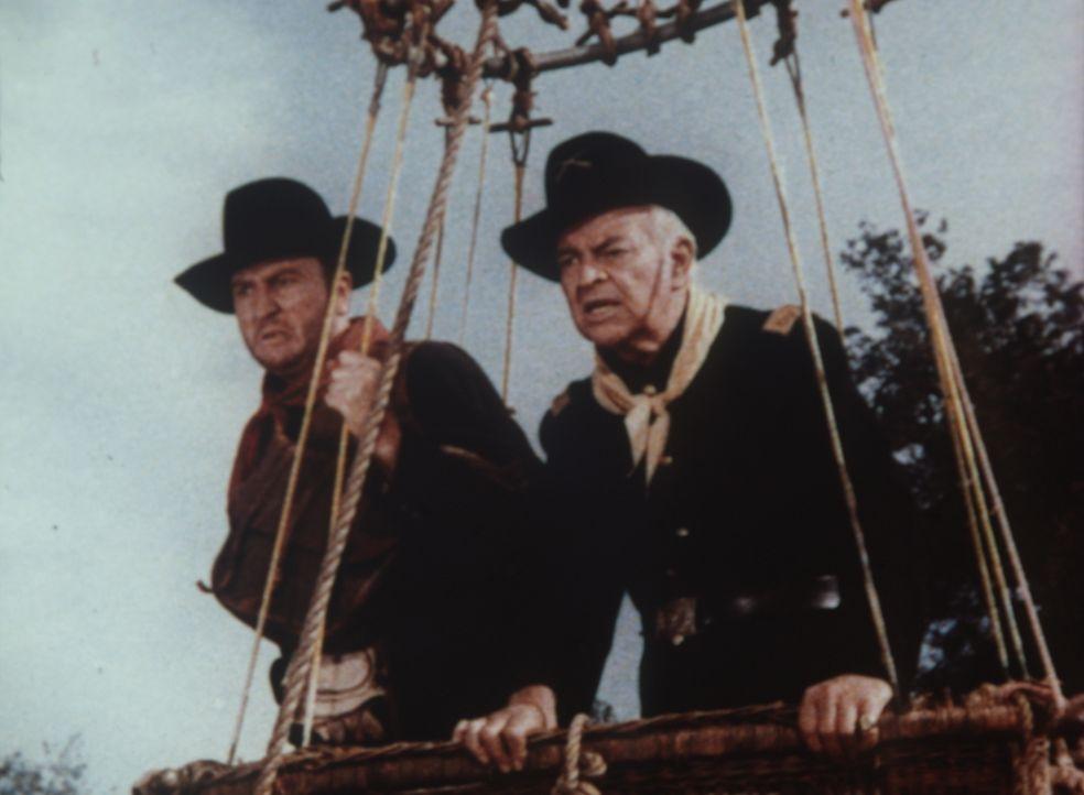 Sergeant Hines (Stuart Nisbet, l.) und Major Cayley (Sidney Blackmer, r.) versuchen nach einem Banküberfall, im Heißluftballon zu fliehen. - Bildquelle: Paramount Pictures