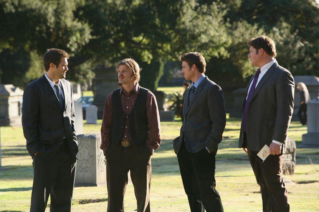 Bei der Beerdigung von Angela kommt es zu einer Begegnung zwischen Eddie Latekka (Geoff Stults, l.), Nick Garrett (Bryan Greenberg, 2.v.r.) und Owen... - Bildquelle: ABC Studios