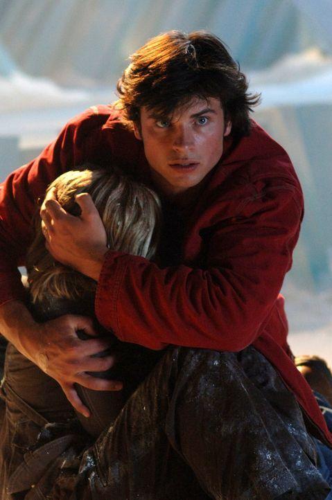 Clark (Tom Welling, r.) muss sich entscheiden: Wird er Chloe (Allison Mack, l.) oder den Planeten retten? - Bildquelle: Warner Bros.