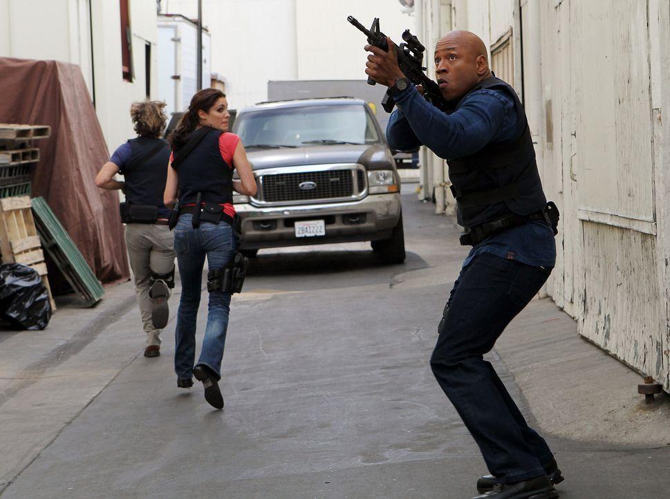 Um einen neuen Fall zu lösen, setzen Marty (Eric Christian Olsen, l.), Kensi (Daniela Ruah, M.) und Sam (LL Cool J, r.) immer wieder ihr Leben aufs... - Bildquelle: CBS Studios Inc. All Rights Reserved.