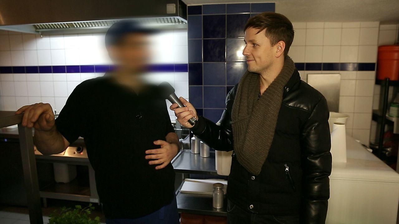 Werden Gerichte in Restaurants immer frisch zubereitet? Reporter Martin Tietjen (r.) lässt sich spontan die Küchen zeigen - und testet, ob Passanten... - Bildquelle: Sat.1 Gold