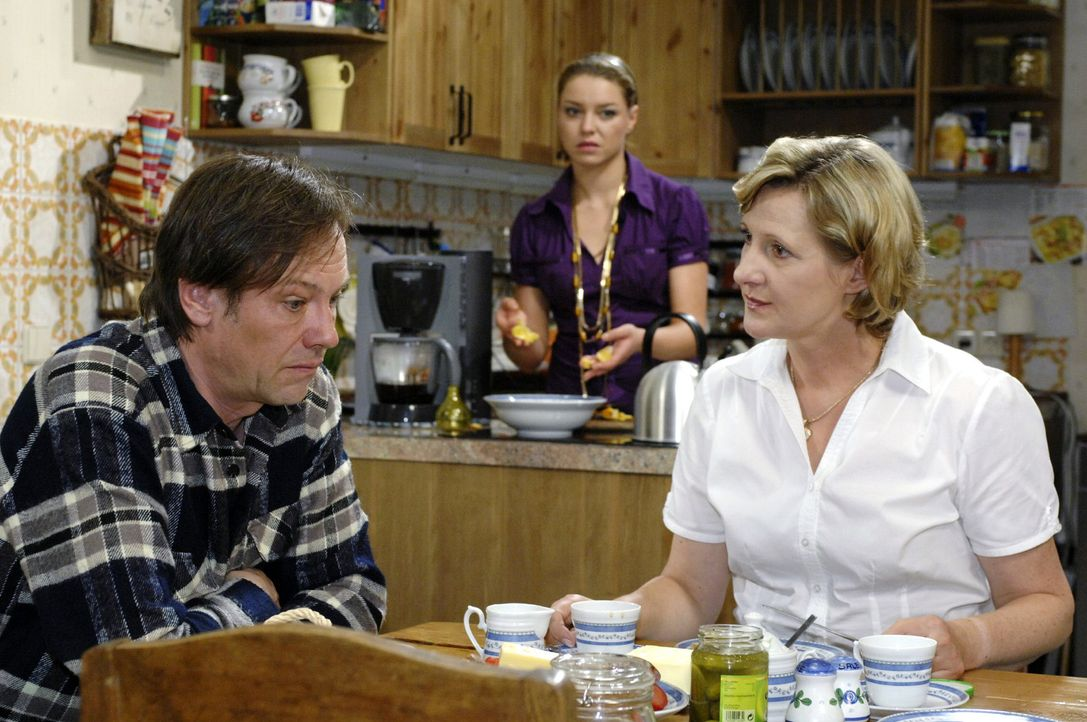 Armin (Rainer Will, l.) und Susanne (Heike Jonca, r.) planen, während Katja (Karolina Lodyga, M.) gespannt zuhört, ihre Flitterwochen. - Bildquelle: Oliver Ziebe Sat.1