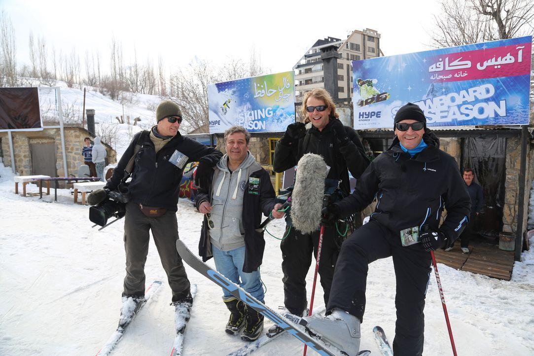 Wenn man an den Iran denkt, dann kommen einem nicht unbedingt die Stichworte Schnee und Après-Ski in den Sinn. Doch Tom Waes (r.) zeigt in seiner Do... - Bildquelle: 2013 deMENSEN