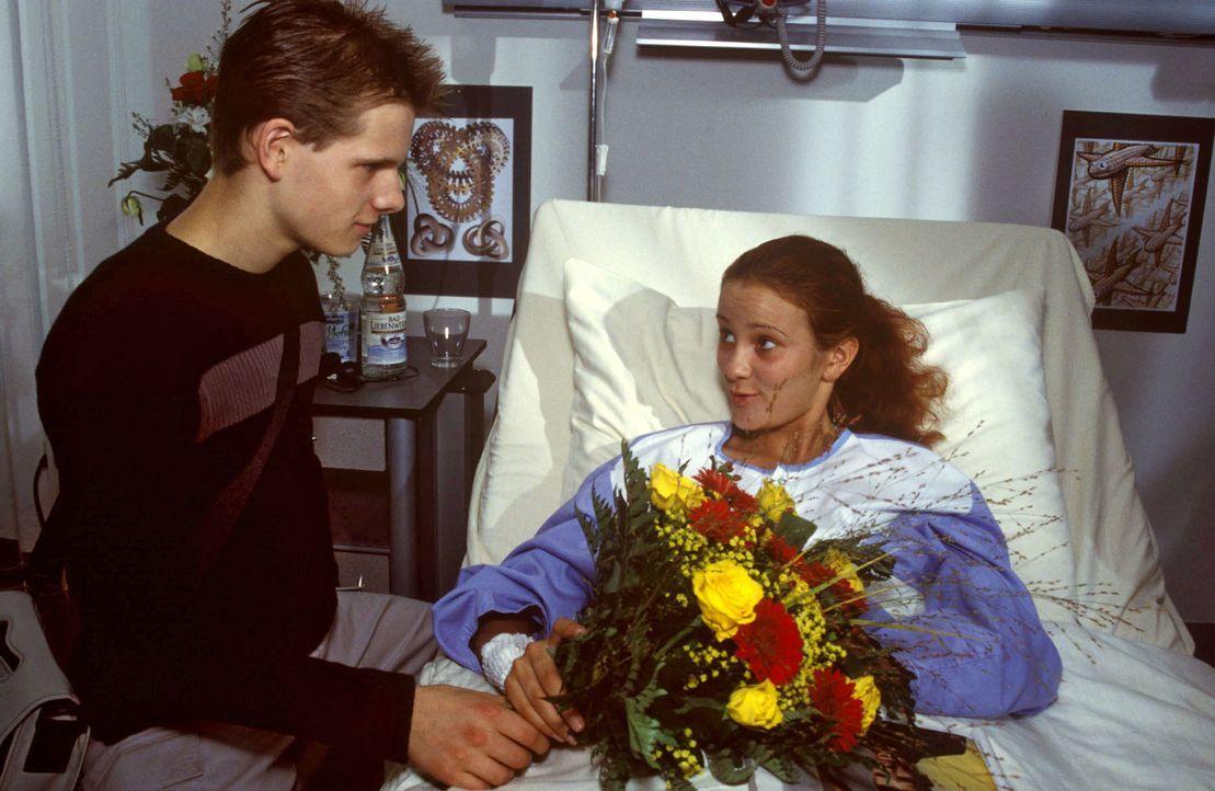 Tobias (Enno Hesse, l.) kümmert sich rührend um Jessica (Eva Trobisch, r.) - Bildquelle: Christina Kurby Sat.1