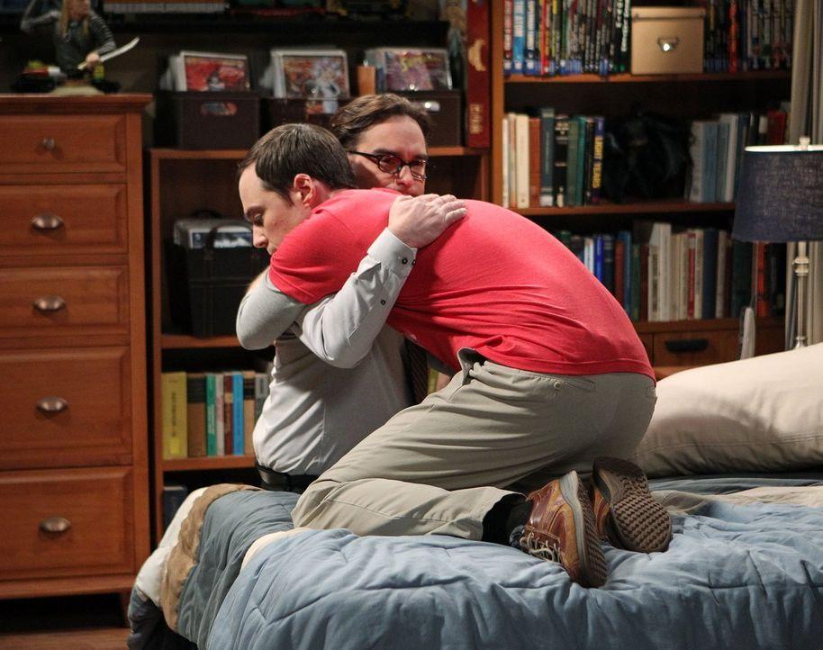 Als Sheldon (Jim Parsons, l.) mit dem Tod von Professor Proton nicht klarkommt, versucht Leonard (Johnny Galecki, r.) alles, um für ihn da zu sein .... - Bildquelle: Warner Brothers