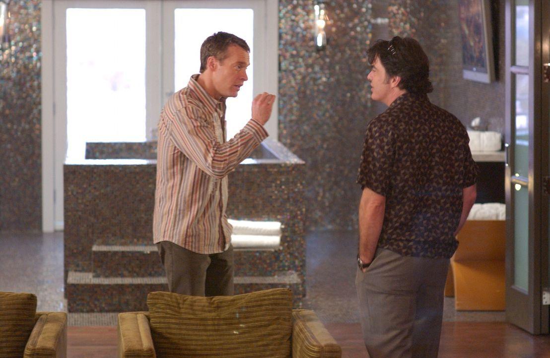 Nach und nach kommen Jimmy (Tate Donovan, l.) und Sandy (Peter Gallagher, r.) hinter die krummen Machenschaften von Caleb ... - Bildquelle: Warner Bros. Television