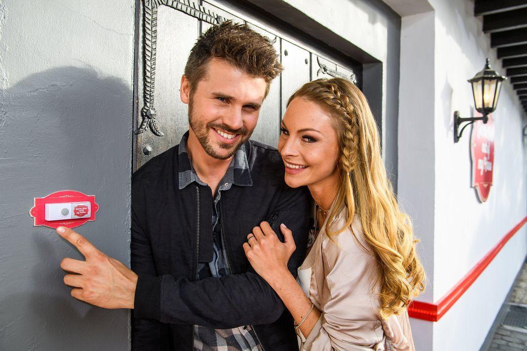 Ein Haus, 100 Menschen und 100.000€ Gewinn. Thore Schölermann (l.) und Jana Julie Kilka (r.) beobachten genau, was die Kandidaten rund um die Uhr tu... - Bildquelle: ProSieben