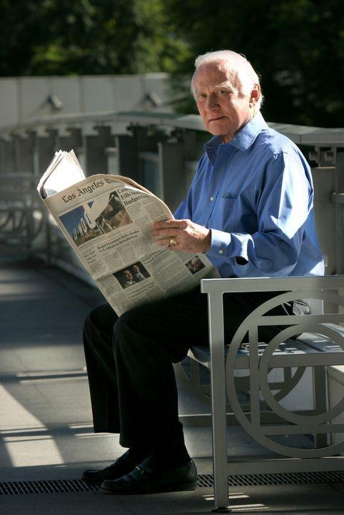 Während Don und Charlie auf der Spur eines Serienmörders sind, der es auf Sexualtriebtäter abgesehen hat, wird Larry mit Buzz Aldrin (Buzz Aldrin) i... - Bildquelle: Paramount Network Television