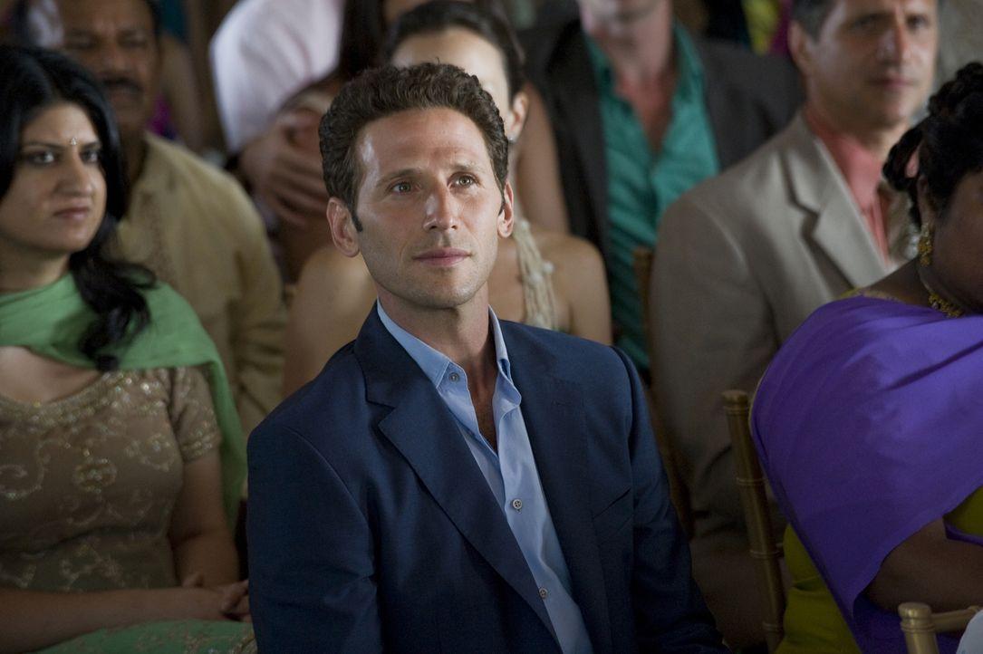 Noch bis zur letzten Sekunde hat Dr. Hank Lawson (Mark Feuerstein) die Hoffnung, dass sich Divya doch nicht mit Raj verlobt ... - Bildquelle: USA Network