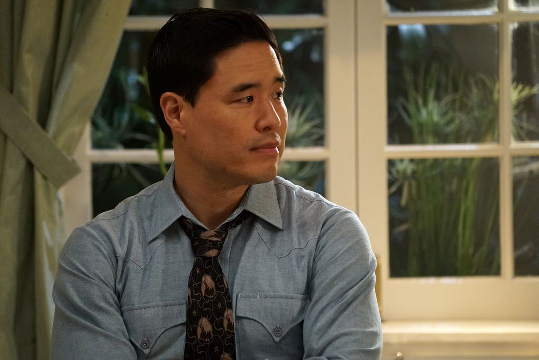 Während Louis (Randall Park) mit Emery an seiner Abschlussrede arbeitet, heckt Eddies Freundin Alison einen Plan aus, um dessen Mutter Jessica zu be... - Bildquelle: 2015-2016 American Broadcasting Companies. All rights reserved.