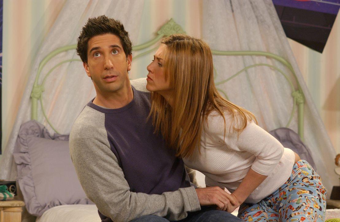 Ross (David Schwimmer, l.) versucht mit aller Mühe den Annäherungsversuchen von Rachel (Jennifer Aniston, r.) standzuhalten ... - Bildquelle: 2003 Warner Brothers International Television