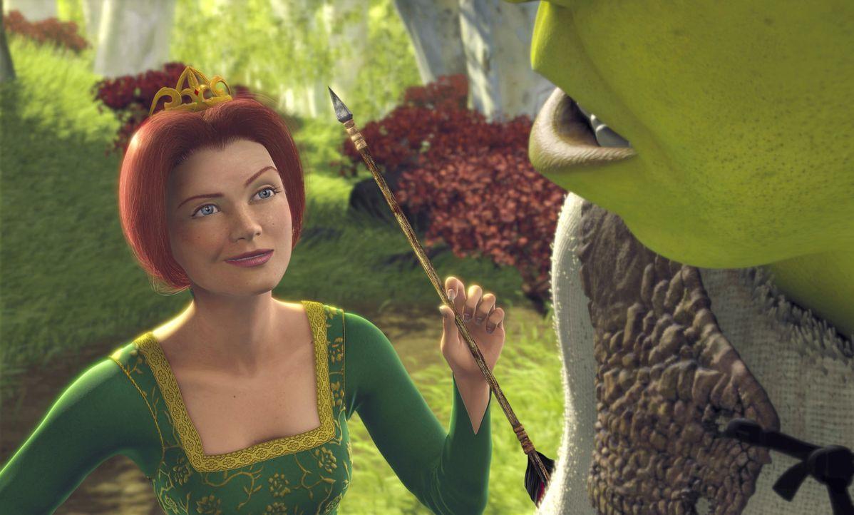 Ist ihr Retter, der wenig schöne Oger Shrek (r.), vielleicht doch ein ganz guter Kerl? Prinzessin Fiona (l.) beginnt, ihre anfänglichen Vorurteile... - Bildquelle: TM &   2001 DreamWorks L.L.C.