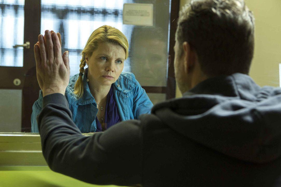Danni (Annette Frier, l.) steht vor der Verteidigung ihres ersten Mordfalls: Ihr Mandant ist Pit (Dirk Borchardt, r.), der im Gefängnis sitzt und w... - Bildquelle: Frank Dicks SAT.1