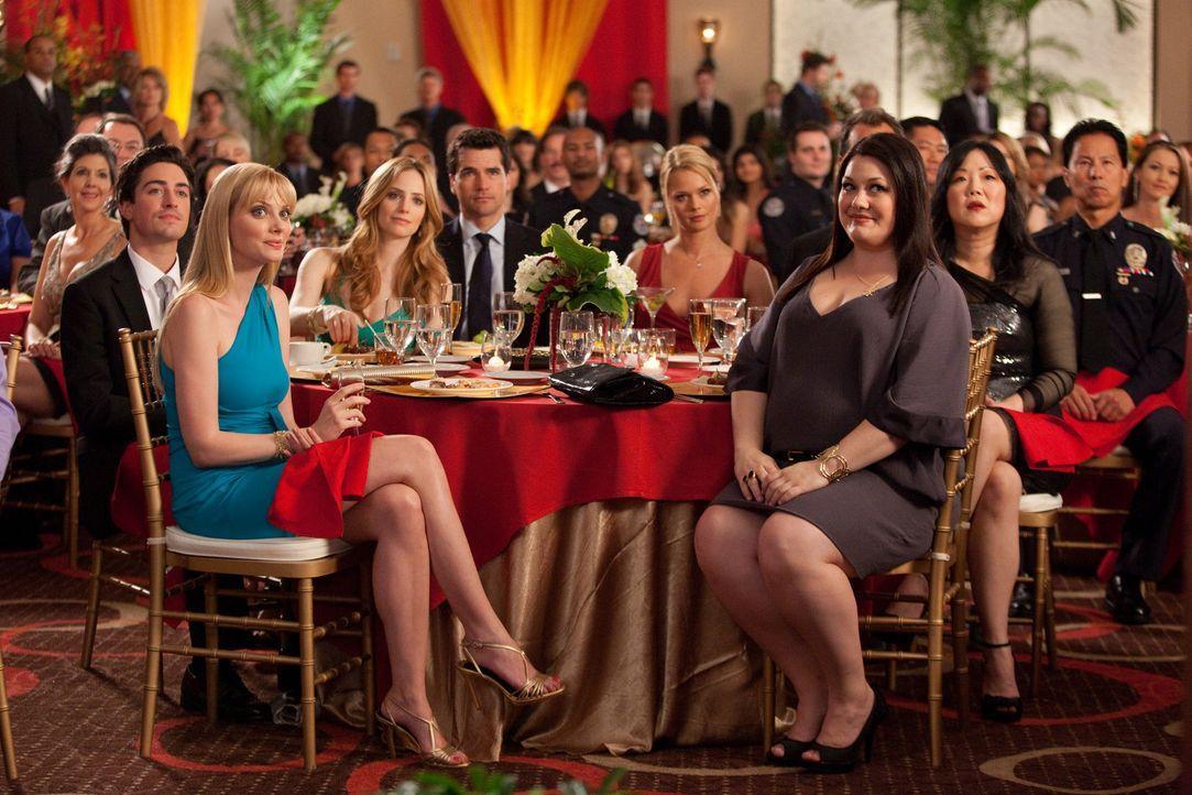 Warten gespannt darauf, dass Jane(Brooke Elliott, 3.v.r) geehrt wird: Kim (Kate Levering, 2.v.r.), Grayson (Jackson Hurst, M.), Fred (Ben Feldman, l... - Bildquelle: 2009 Sony Pictures Television Inc. All Rights Reserved.