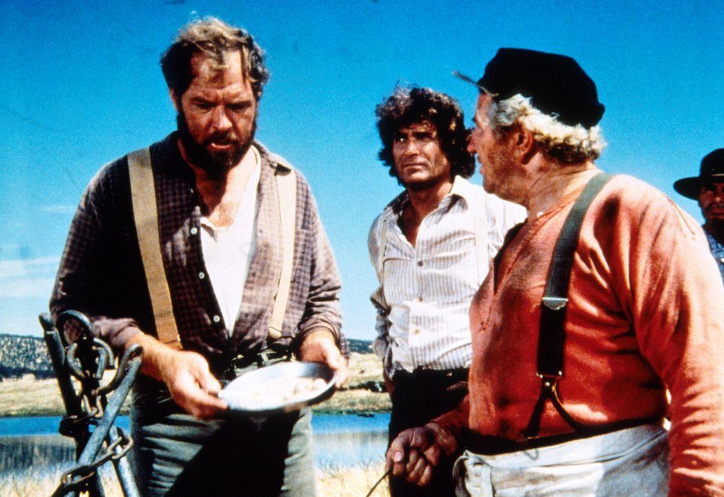 Jonathan (Ernest Borgnine, l.) und Charles (Michael Landon, M.) beschweren sich beim Koch (Tom Clancy, r.) über das Essen. - Bildquelle: Worldvision