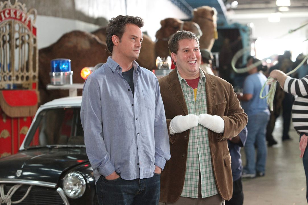 Zu allem Übel soll Ben Donovan (Matthew Perry, l.) für Roman (Nate Torrence, r.), den Sohn der Eigentümerin, einen Job in der Arena finden, doch... - Bildquelle: Sony Pictures Television Inc. All Rights Reserved.