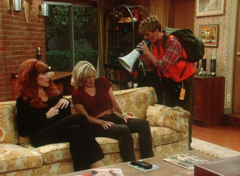Marcy (Amanda Bearse, r.) geht Peggy (Katey Sagal, l.) und Kelly (Christina Applegate, M.) in ihrem Amt als Katastrophen-Offizier ganz schön auf die... - Bildquelle: Sony Pictures Television International. All Rights Reserved.