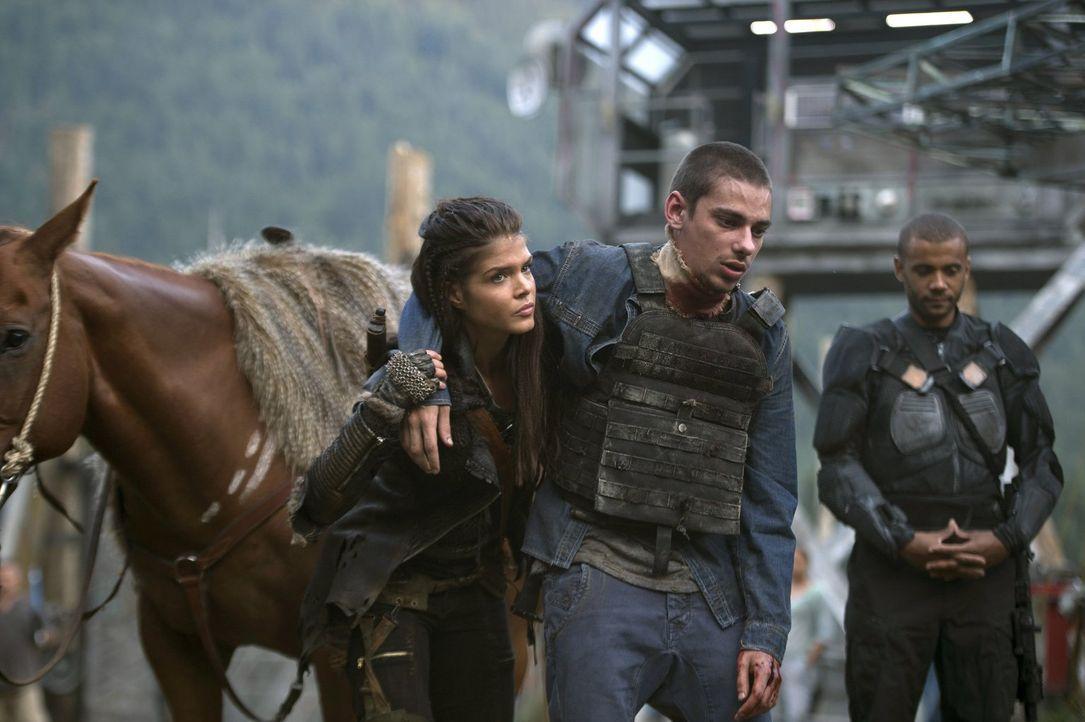 Die vergangenen Ereignisse haben Jasper (Devon Bostick, M.) gebrochen, während auch Octavia (Marie Avgeropoulos, l.) wegen der aktuellen Situation z... - Bildquelle: 2014 Warner Brothers