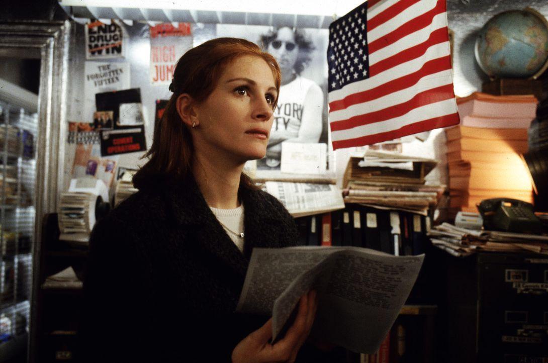 Fletcher bringt seit Jahren ein Magazin über Verschwörungstheorien heraus. Nun liegt es an Alice (Julia Roberts), die Abonnenten zu finden, um diese... - Bildquelle: Warner Bros. Pictures