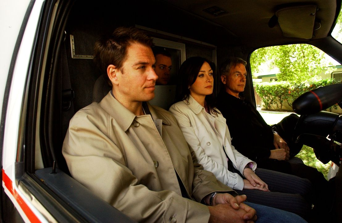 Auf dem Weg zu einem neuen Einsatz: Tony (Michael Weatherly, l.), McGee (Sean Murray, 2.v.l.), Kate (Sasha Alexander, 2.v.r.) und Gibbs (Mark Harmon... - Bildquelle: CBS Television