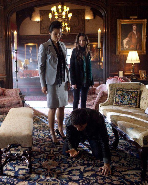 Pearl (Kelly Fu, l.) verdeutlicht ihre Forderungen gegenüber Damon (Ian Somerhalder, M.) mit einem gewalttätigen Ausbruch. Als Vorbild für ihre Toch... - Bildquelle: Warner Bros. Television