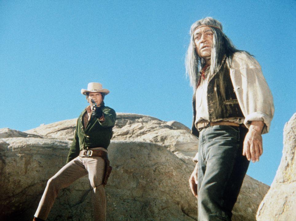 Little Joe Cartwright (Michael Landon, l.) versucht, den Indianer Grey Buck (Ruben Moreno, r.) vor dem Rassisten Cloninger zu beschützen. - Bildquelle: Paramount Pictures