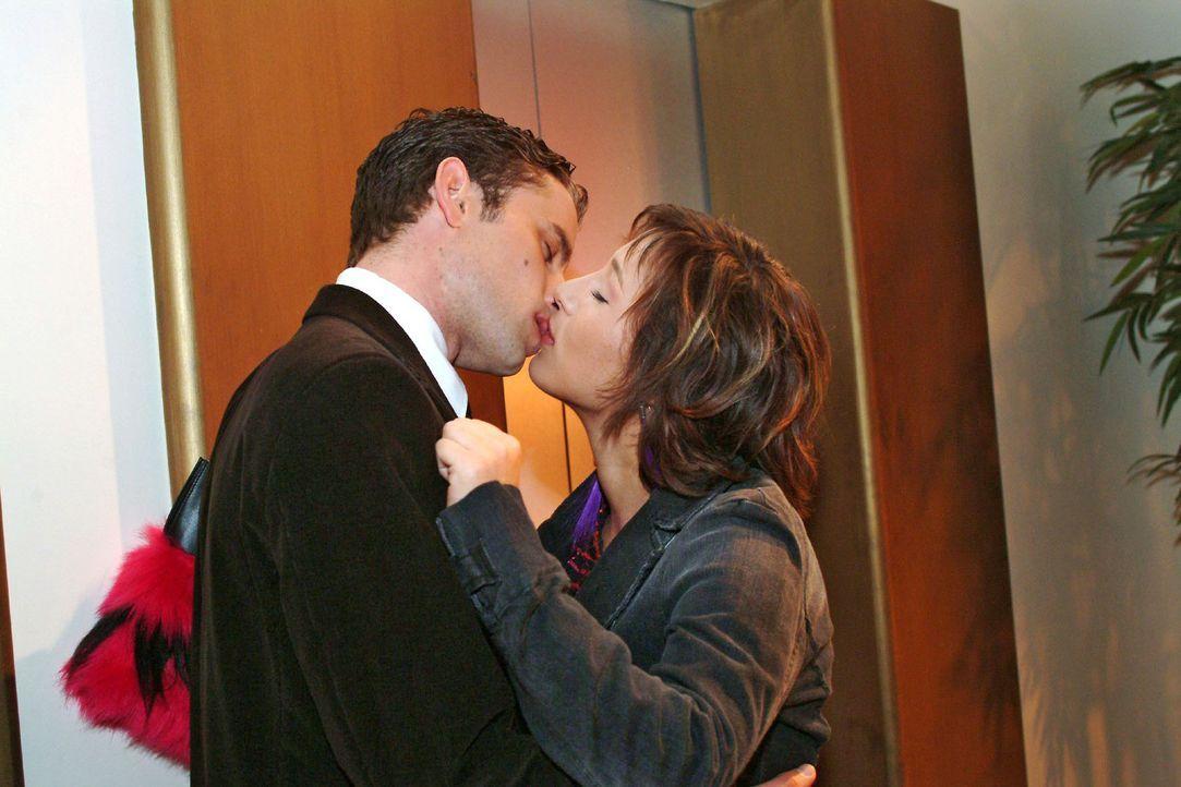 Max (Alexander Sternberg, l.) und Yvonne (Bärbel Schleker, r.) werden plötzlich wieder von ihren Gefühlen übermannt und küssen sich leidenschaftlich... - Bildquelle: Monika Schürle Sat.1